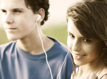 512px-Teens_sharing_a_song